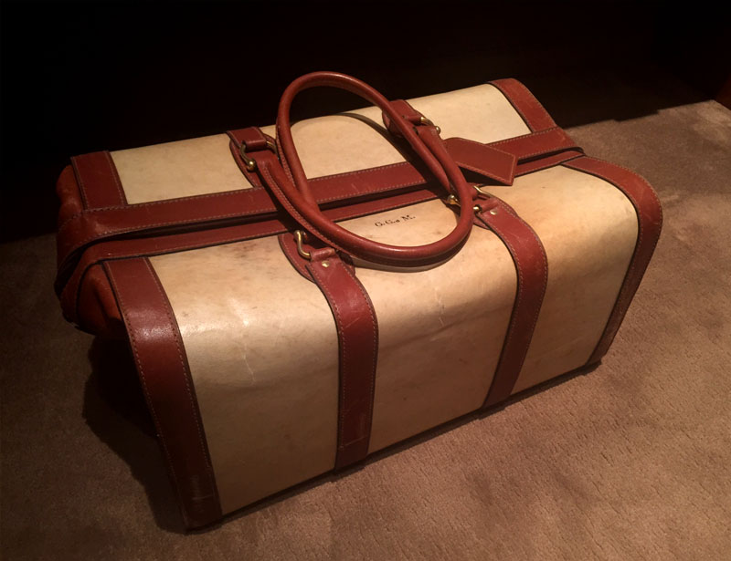 Valigia in cuoio e pergamena Suitcase in parchment and leather